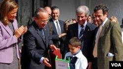 Los presidentes Felipe Calderón y Tabaré Vázquez estuvieron en la Escuela México, Montevideo, para ver la entrega de la computadora portátil número 300.000 del Plan Ceibal.