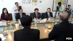Senior officials from CNRP's met with National Election Commission members to discuss voter registration process at NEC office on November 25, 2016. (Ith Sothoeuth/VOA Khmer)