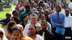 Una multitud de personas hace fila para buscar empleo en una feria de trabajo en el sur de Los Ángeles.