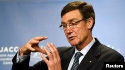 Kepala Tim Pencari Pesawat Malaysia Airlines, Angus Houston, memberikan penjelasan kemajuan yang dicapai di Perth, Australia (9/4).