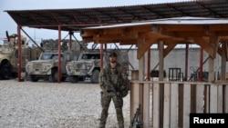 یک سرباز افغان در داخل قول اردوی ۲۰۹ شاهین واقع در شهر مزار شریف، افغانستان