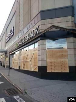 皇后购物中心周围钉起了木板 黄友兴提供