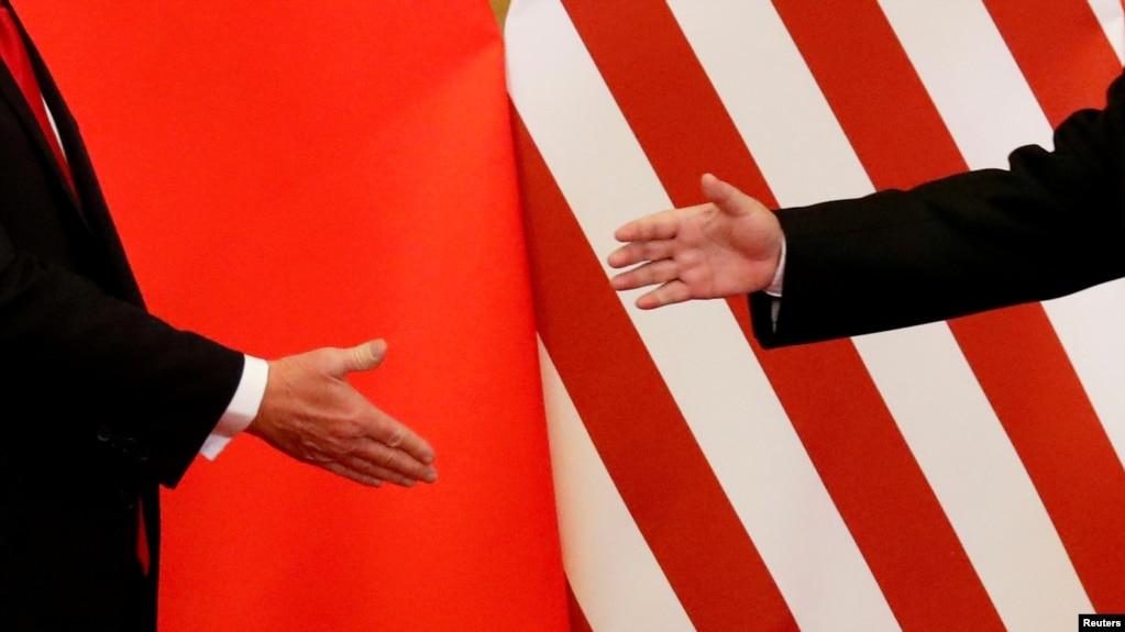 川普与习近平2017年11月在北京会面时握手(路透社)