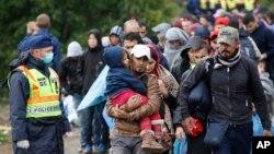 一批难民走向匈牙利扎卡尼村附近的火车站(2015年9月24日)