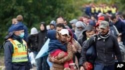 یک دسته از مهاجران در نزدیکی قریه زاکانی در هنگری که می خواهند خود را به قطار آهن برسانند