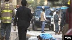 El cuerpo de uno de los talibanes abatidos permanecía frente a la casa del Jan Mohammad Khan tras el ataque.