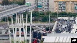 Jembatan yang ambruk di Genoa, Italia hari Selasa (14/8).