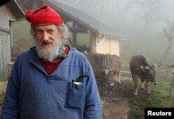 گائے کے سینگوں کے حق میں مہم چلانے والے ارمین کیپال اپنے فارم میں اپنی گائیوں کے ساتھ۔