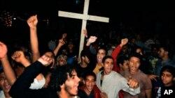 이집트 콥트 교인들이 무장괴한의 콥트교 탑승 버스 총격 사건에 항의해 시위를 벌이고 있다.