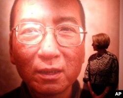 参加典礼的佩洛西在刘晓波影像前