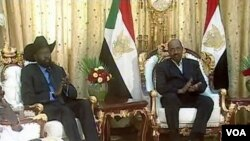 El presidente de Sudán, Omar Hassan al-Bashir (d), y el general Salva Kiir, líder del sur de Sudán (i), en Jartum.