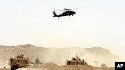 پرواز یک فروند هلیکوپتر ارتش آمریکا بر فراز منطقه ای در نزدیکی قندهار که کاروان ناتو هدف حمله انتحاری طالبان قرار گرفت - ۱۱ مرداد ۱۳۹۶