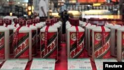 资料照:中国辽宁沈阳市一家超市陈列的茅台酒。(2012年8月8日)