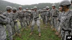 Các lực lượng Hoa Kỳ và Nam Triều Tiên tham gia một buổi huấn luyện tấn công trên không tại Trại Casey ở Dongducheon, Nam Triều Tiên, ngày 24/7/2015.