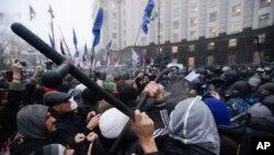 Người biểu tình xô xát với cảnh sát chống bạo loạn ở Ukraina