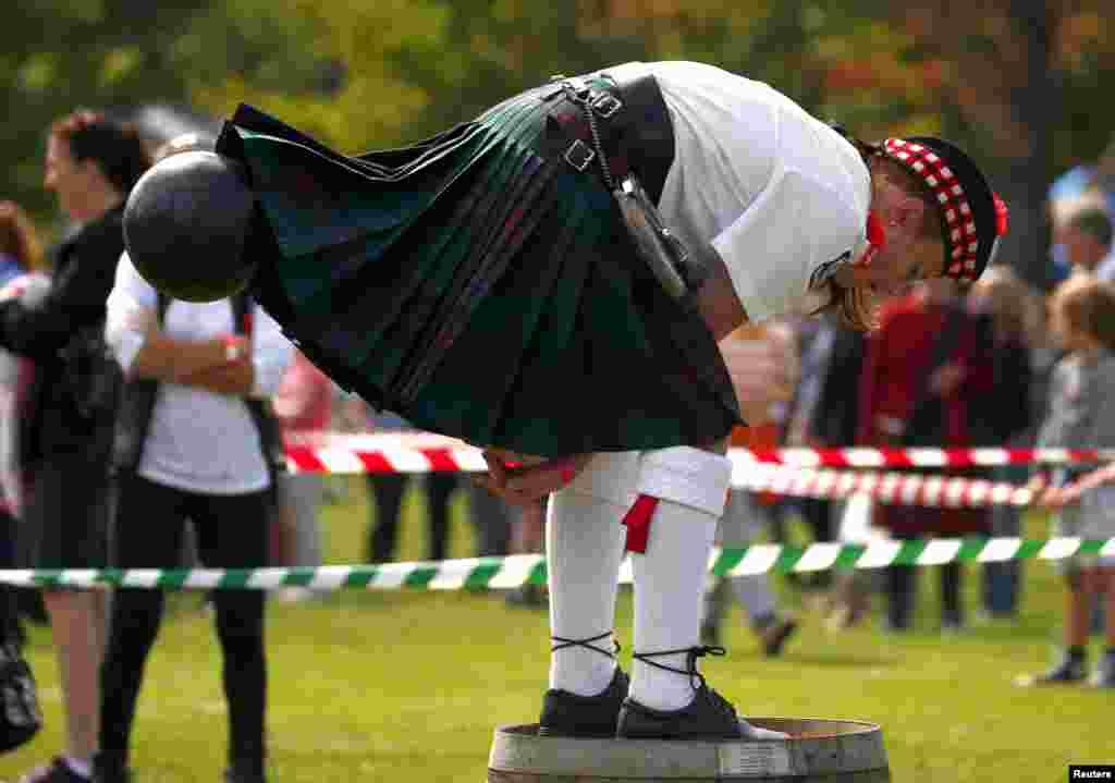 អ្នកប្រកួតម្នាក់ដែលស្លៀកសំពត់គិល និងឈរនៅលើធុងមួយ គប់ដុំប៊ូលីង ក្នុងពេលប្រកួត Brigaball នៅក្នុងពិធីជួបជុំ Bundanoon Highland ប្រចាំឆ្នាំ។ នេះជាការបង្ហាញពីព្រឹត្តិការណ៍ប្រពៃណីរបស់ស្កុតលែន ដែលត្រូវបានធ្វើឡើងនៅក្នុងក្រុង Bundanoon ប្រទេសអូស្រ្តាលី កាលពីថ្ងៃទី៩ ខែមេសា ឆ្នាំ២០១៦។