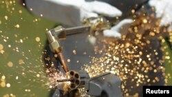 Un soldado de la Brigada Especial de Seguridad Militar destruye una de las 800 armas entregadas por los pandilleros salvadoreños, en el comienzo de una segunda etapa de la tregua entre pandillas rivales.