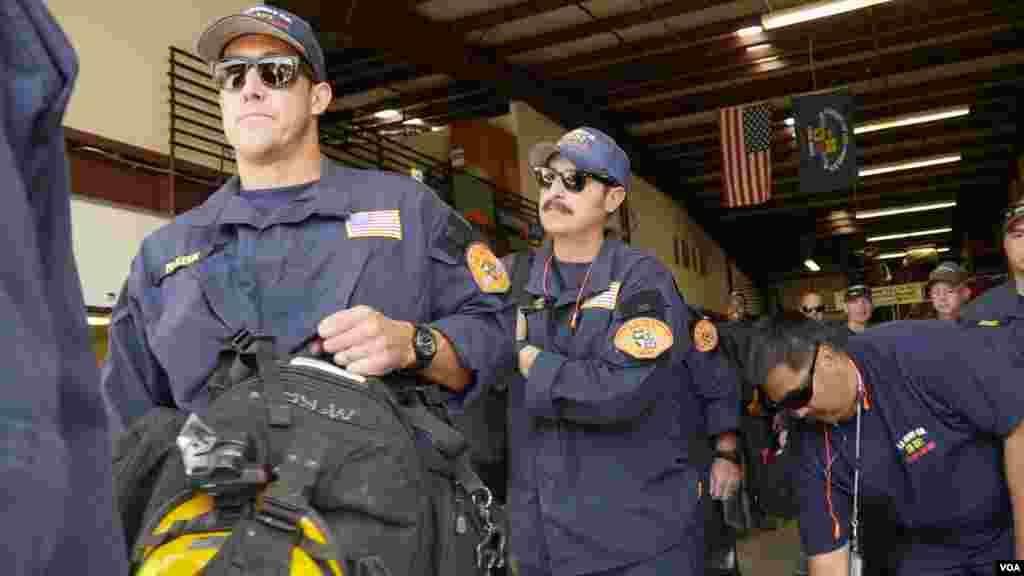 搜救成员列队上车(美国之音国符拍摄)