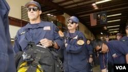 洛杉磯縣搜救成員列隊上車(美國之音國符拍攝)