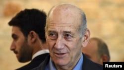 L'ancien premier ministre israelien Ehud Olmert parle au media apres avoir comparu devant la court supreme a Jerusalem 29 Decembre 2015. REUTERS/Debbie Hill/Pool - RTX20DR0