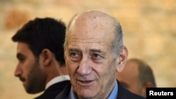 Mantan PM Israel Ehud Olmert memberi keterangan kepada media setelah mengikuti sidang di Mahkamah Agung di Jerusalem (29/12).