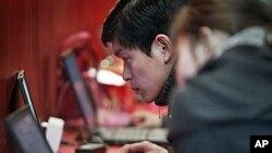 베이징의 컴퓨터 전시장에서 인터넷을 검색하는 중국 네티즌