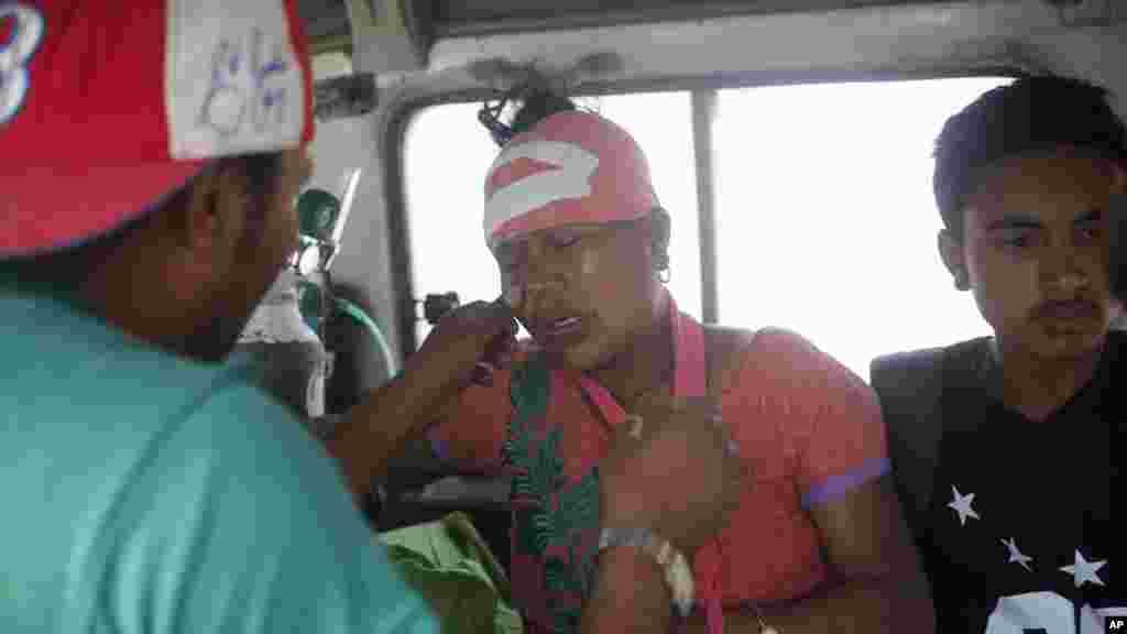 Une Népalaise blessée lors du tremeblement de terre qui a frappé Katmandou, pleure alors qu'elle est transportée à l'hôpital, au Népal, mardi 12 mai 2015.