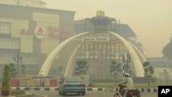Kabut asap tebal akibat pembakaran lahan kota Muar, bagian barat laut Johor, Malaysia (22/6).