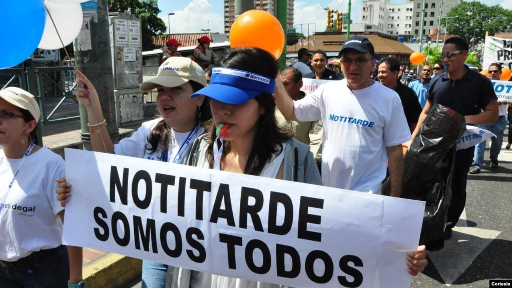 Con Pancartas Pitos Cantos Y Globos Lectores Periodistas Sociedad Civil Manifestaron