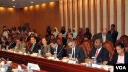Menteri Luar Negeri Sudan Ali Ahmad Karti (kedua dari kanan) di Khartoum. Karti mengunjungi Washington dan bertemu dengan Menlu Hillary Clinton.