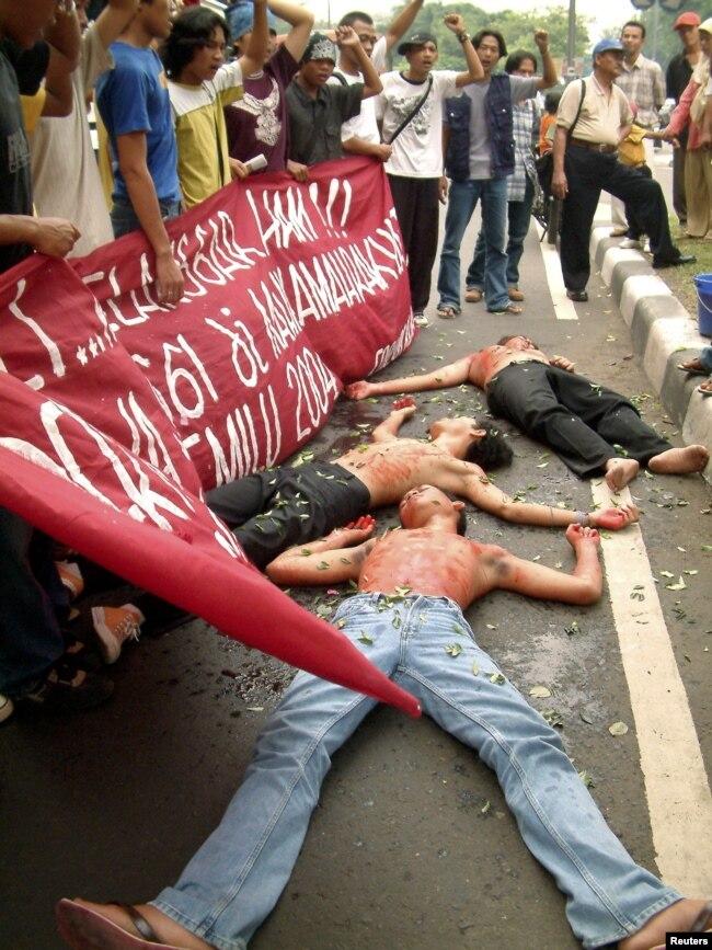Para aktivis mahasiswa melakukan demonstrasi menuntut keadilan terhadap Tragedi Semanggi I & II dalam aksi di Jakarta (foto: dok).
