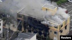 آتش زدگی سے متاثرہ اینی میشن اسٹوڈیو کی عمارت سے دھواں اٹھ رہا ہے۔
