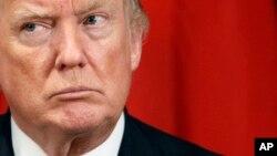 도널드 트럼프 미국 대통령이 21일 뉴욕 팰러스 호텔에서 열린 아베 신조 일본 총리와의 정상회담에서 아베 총리의 발언을 듣고 있다.