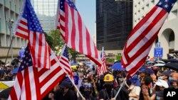 Manifestantes com bandeiras americanas
