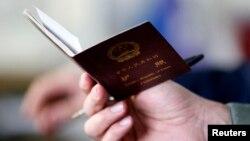 中国公民携带的中国护照(资料照片)