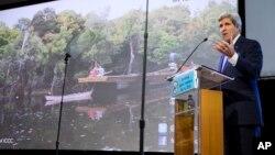 아시아를 순방 중인 존 케리 미 국무장관이 16일 인도네시아 자카르타에서 기후 변화에 관해 연설하고 있다.