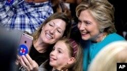 Capres Partai Demokrat Hillary Clinton berfoto selfie bersama pendukungnya dalam sebuah acara kampanye (foto: dok).