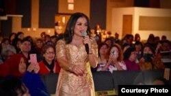 Penyanyi Betharia Sonata saat tampil di kota Ontario, California, AS.