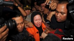 Gubernur Banten Ratu Atut Chosiyah saat ditangkap KPK, Desember 2013.