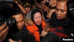 Mantan gubernur Banten Ratu Atut Chosiyah (tengah), saat ditahan KPK di Jakarta, 2013.