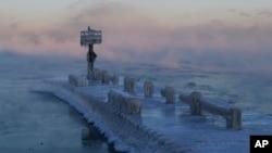 Zamrznuto jezero Mičigen u Čikagu