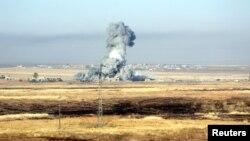 이슬람 수니파 극단주의 무장단체 ISIL이 점령한 이라크 모술 인근 지역에서 지난 5월 미군 주도 공습이 단행된 직후 연기가 피어오르고 있다. (자료사진)