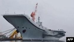 """Первый китайский авианосец (бывший советский тяжелый авианесущий крейсер """"Варяг"""") в порту Далянь. Июль 2011г."""