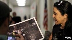 María Conchita Alonso comenta sobre unas imágenes de la represión en Venezuela en un pasillo del Congreso estadounidense.