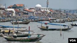 Kampung nelayan di Nambangan, Surabaya, yang terkena dampak buruk pengerukan pasir laut. (VOA/Petrus Riski)