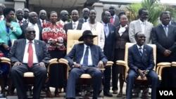 Président Salva Kiir du Soudan du Sud, au centre, échange un sourire son premier vice-président Riek Machar, à gauche, et son vice-président James Wani Igga, à droite, après la première réunion du nouveau gouvernement de transition d'unité nationale, à Juba, 29 avril 2016. (J. Patinkin / VOA)