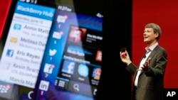 Thorsten Heins, presiden dan CEO Blackberry, memegang BlackBerry 10 yang baru di sebuah konferensi di Orlando, Florida (14/5).