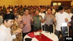 Relawan Prabowo-Hatta dan Jokowi-JK melakukan deklarasi damai di Balai Kartini, Jakarta, Minggu (20 Juli). (VOA/Fathiyah Wardah)