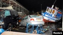 칠레 북부 해안에서 1일 진도 8.2의 강력한 지진과 쓰나미가 발생했다. 사진은 쓰나미에 휩쓸여 부서진 배와 자동차들.