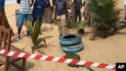 محل یکی از حملات روز یکشنبه افراد مسلح در ساحل عاج. مهمات و نارنجک داخل تایرها گذاشته شده است.